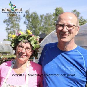 Två glada grönsaksodlare, en med krans på huvudet.