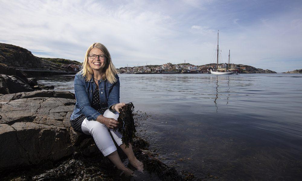 Lillemor Lindberg sitter på en klippa vid havet