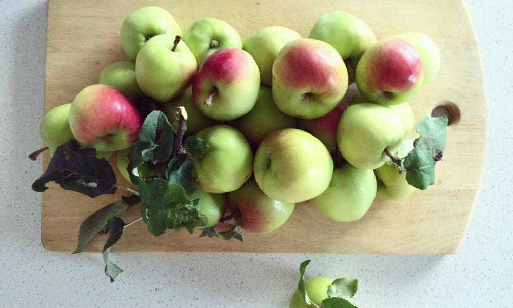 Äpplen på en skärbräda