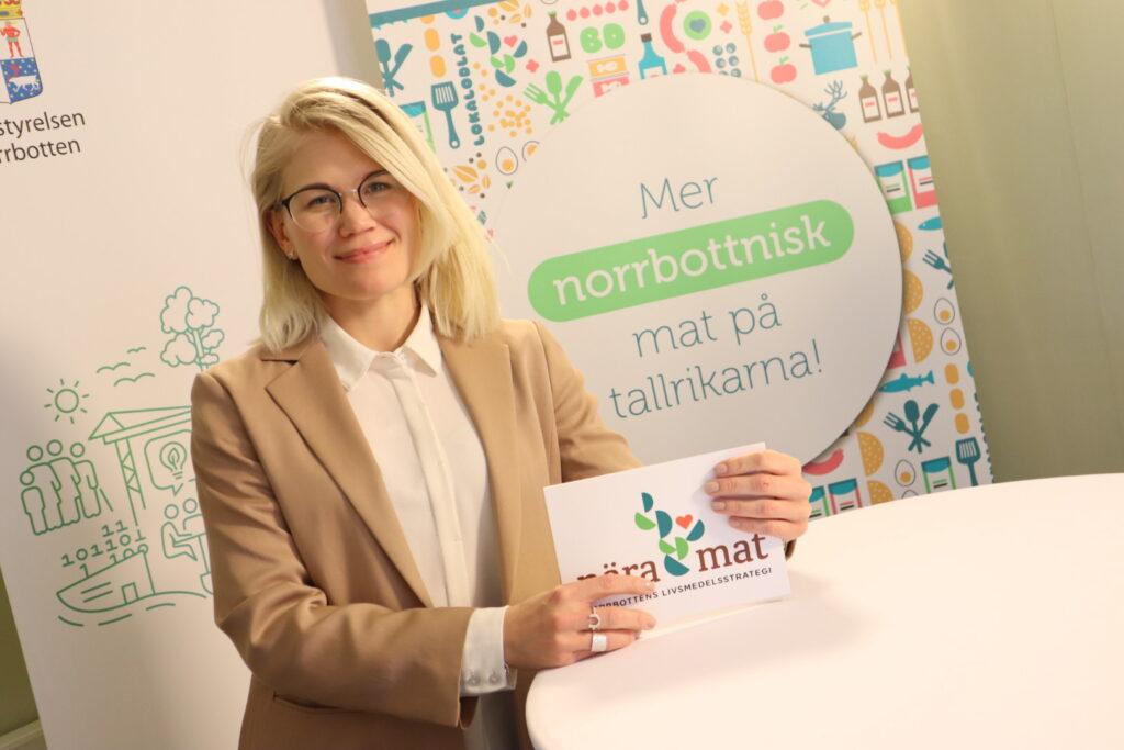 Malin Winberg med manuskort i händerna