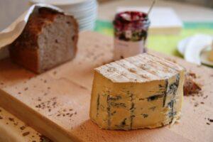 Foto av ädelost, marmelad och ett bröd