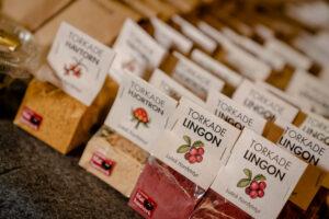 Förpackningar med torkade hjortron och lingon från Luleå Konfektyr