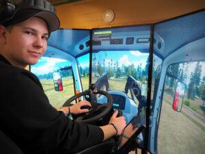 Ung lantbrukare kör traktor