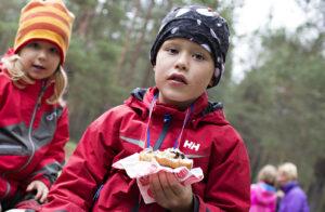 Barn som äter mat utomhus