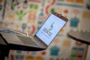 En dator som visar Nära Mats logotyp
