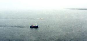 En fiskebåt på havet