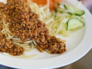 En tallrik med spaghetti och köttfärssås