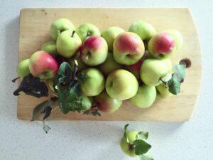 Äpplen på en skärbräda av trä